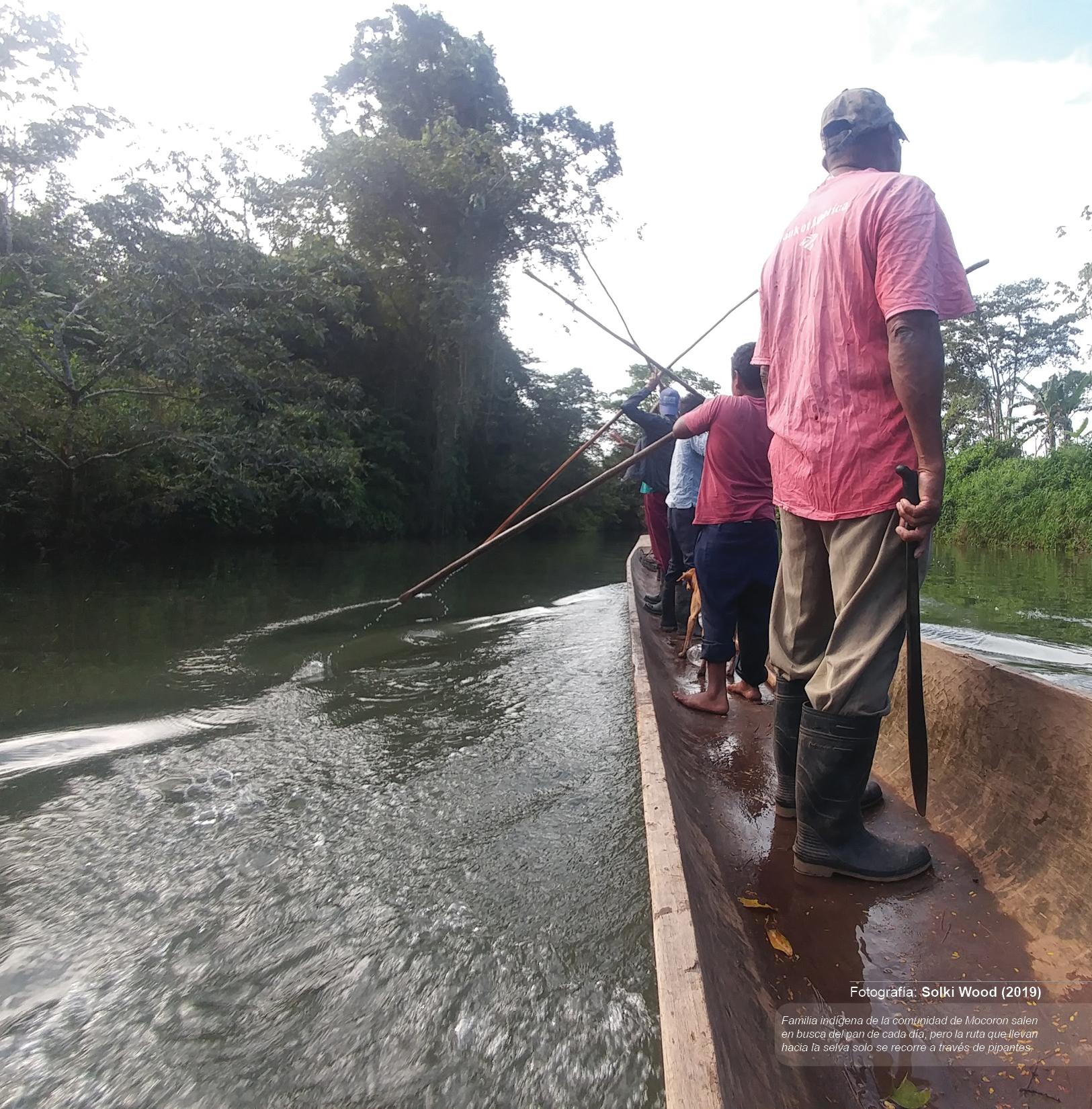Familia indígena de la comunidad de Mocoron salen en busca del pan de cada día, pero la ruta que llevan hacia la selva solo se recorre a través de pipantes.